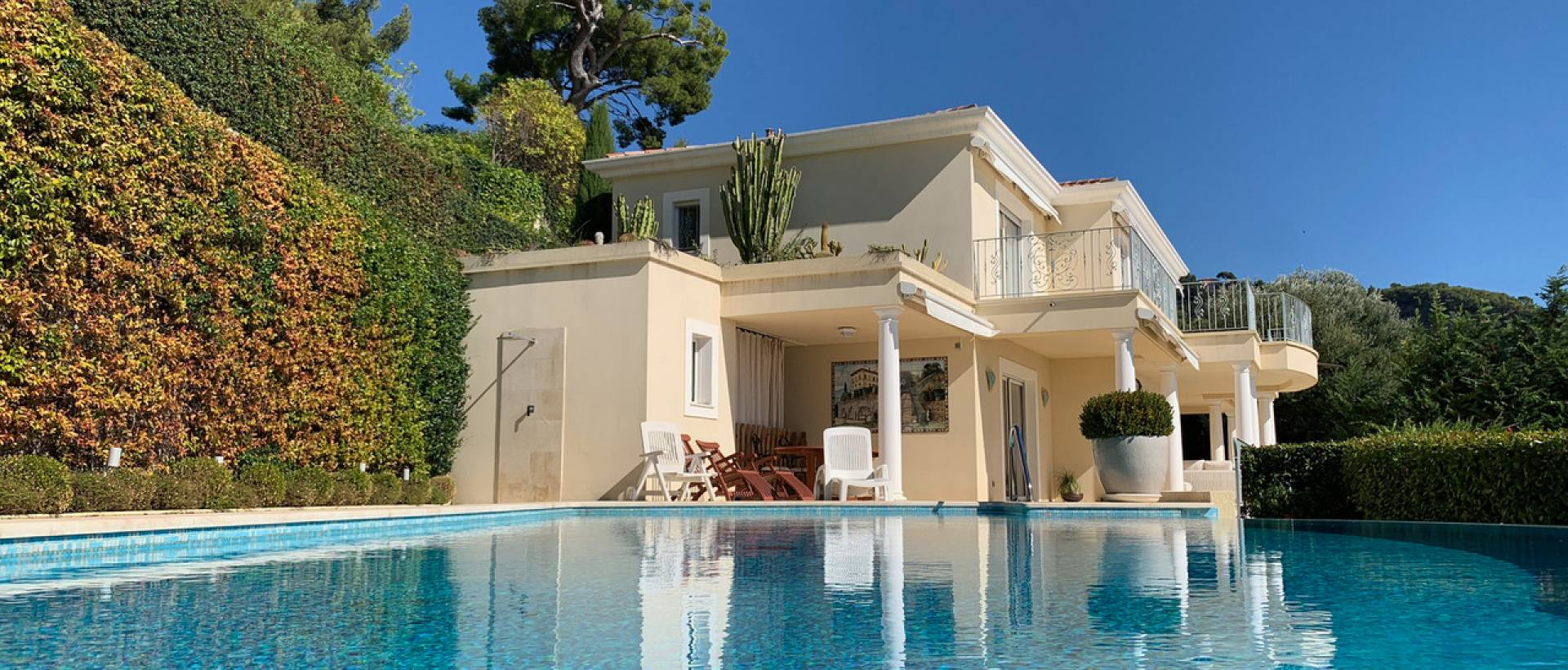 Villa in Roquebrune with sea views and a guest house ...