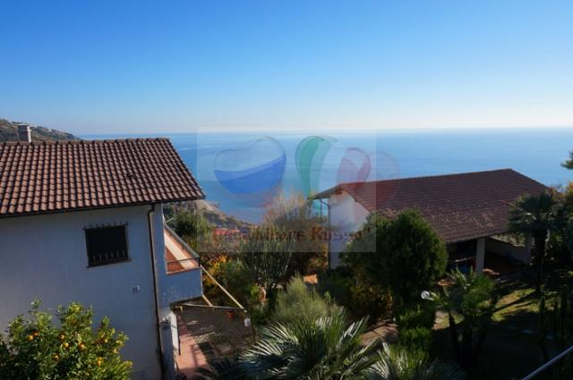 House for sale on the sea in Chipressa